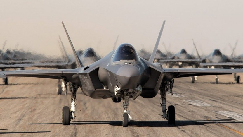 Die F-35 soll durch ein kantiges Design Radarwellen ablenken.