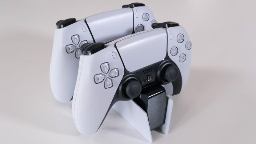 Die Ladestation für zwei PS5-Gamepads