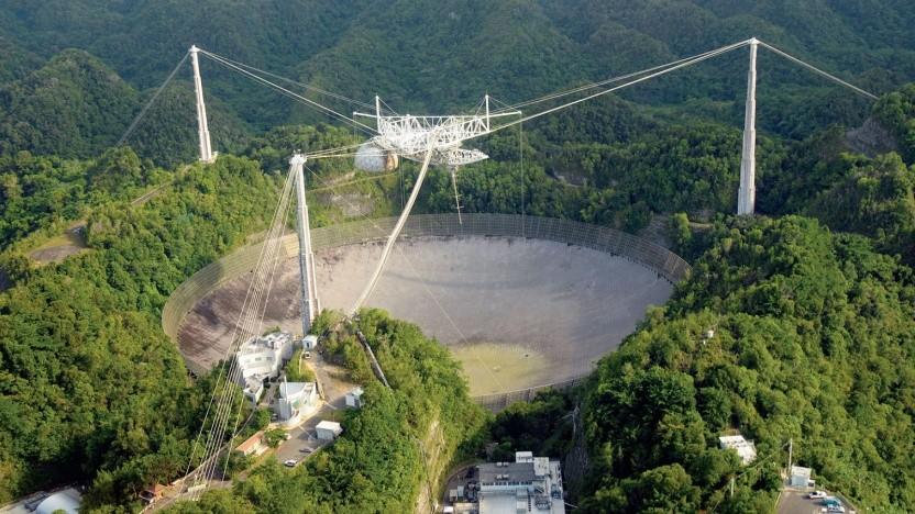 Die 900 Tonnen schwere Gondel über dem Arecibo Teleskop droht abzustürzen.