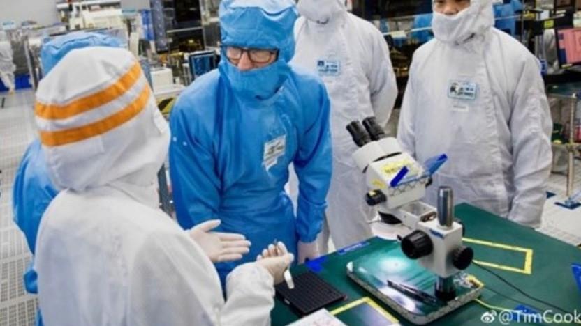 Apple-Chef Tim Cook besucht eine Fabrik von O-Film in China.