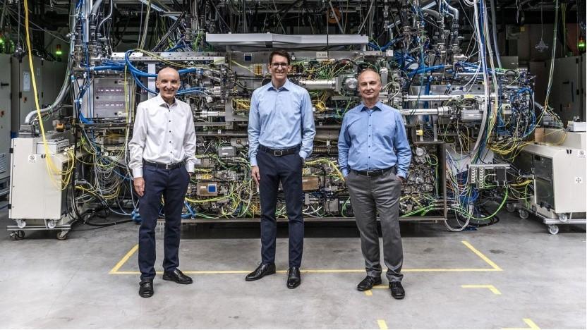 Forscherteam vor einem CO2-Laser von Trumpf
