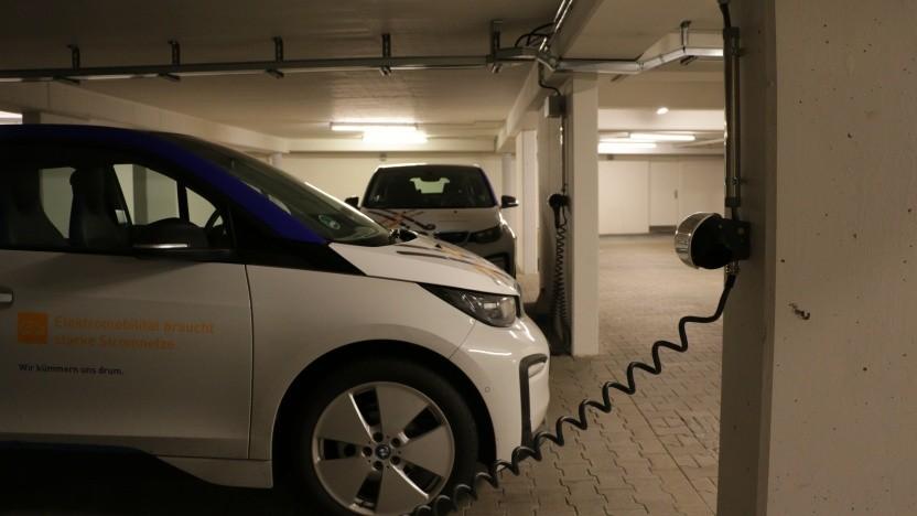 Das Laden von Elektroautos in Tiefgaragen nimmt eine große rechtliche Hürde.