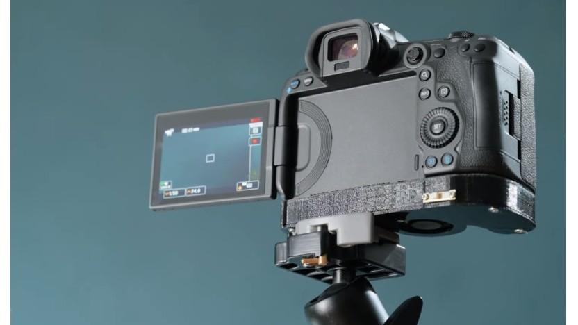 Canon R5 mit einer Kupferplatte und einem externen Lüfter im Sockel