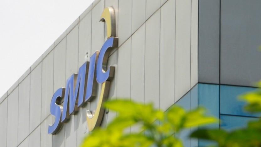 SMIC-Logo an Firmengebäude