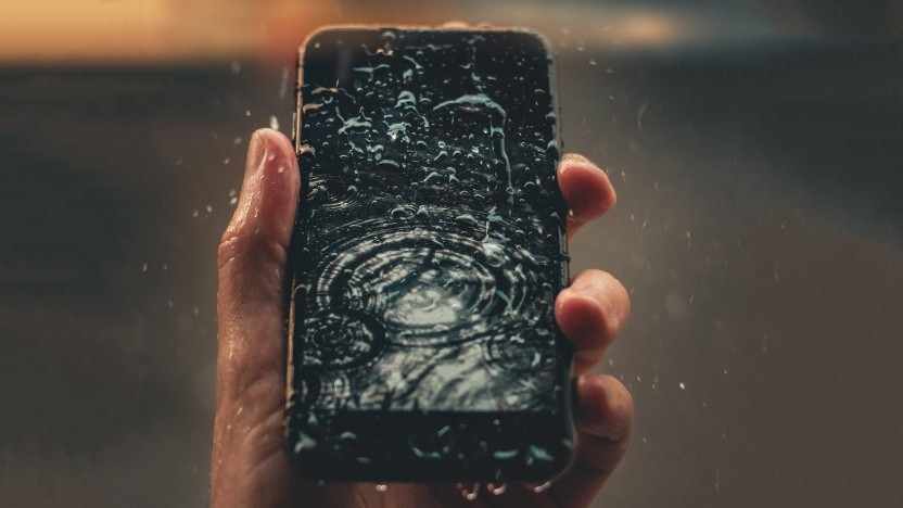 Smartphone im Regen (Symbolbild)