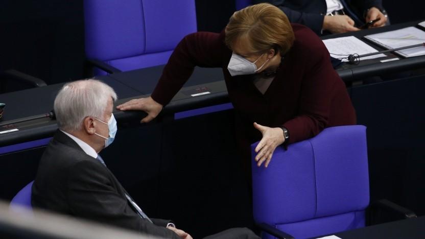Bundeskanzlerin Angela Merkel unterhält sich mit Innenminister Horst Seehofer (CSU), nachdem sie im Bundestag eine Regierungsansprache gehalten hat.