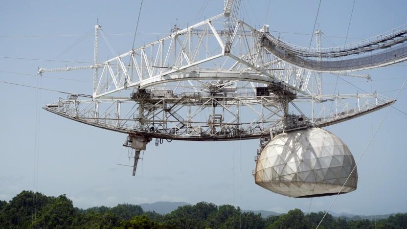 Die 900 Tonnen schwere Instrumentengondel über dem Arecibo Teleskop ist abgestürzt.