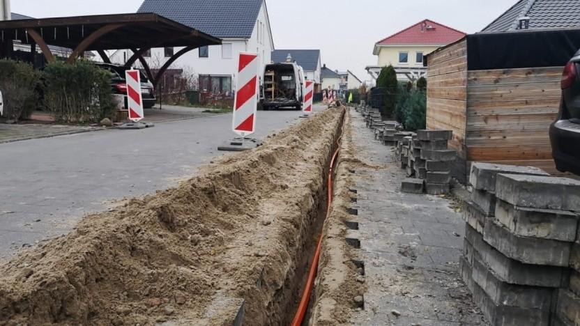 Tiefbauarbeiten - hier mit der Fräse - zum FTTH-Glasfasernetz haben im Ortsteil Saarmund begonnen