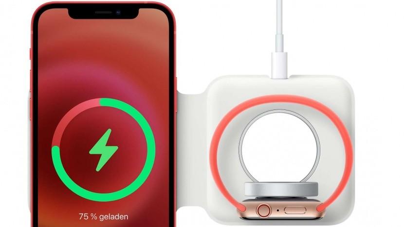 Das Magsafe Duo mit aufgelegtem iPhone und aufgelegter Apple Watch