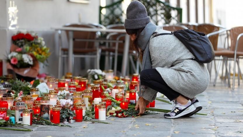 Blumen und Kerzen am Ort einer Terrorattacke in Wien