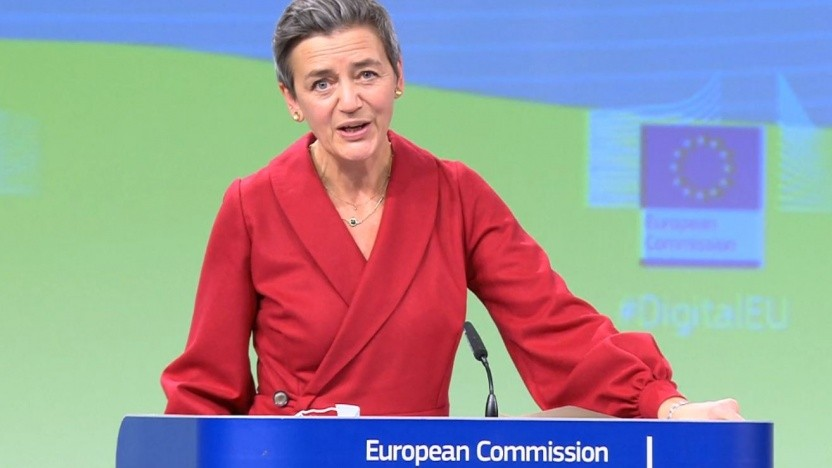 Margrethe Vestager stellt das Digitale-Dienste-Gesetz vor.