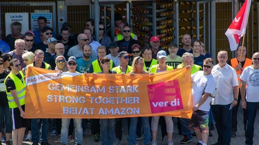 Amazon-Arbeiter kämpfen für mehr Lohn und bessere Arbeitsbedingungen.