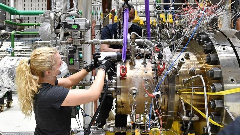 Montagearbeiten am Hochdruck-Brennkammer-Prüfstand 2: modernisiert für die neuen Aufgaben