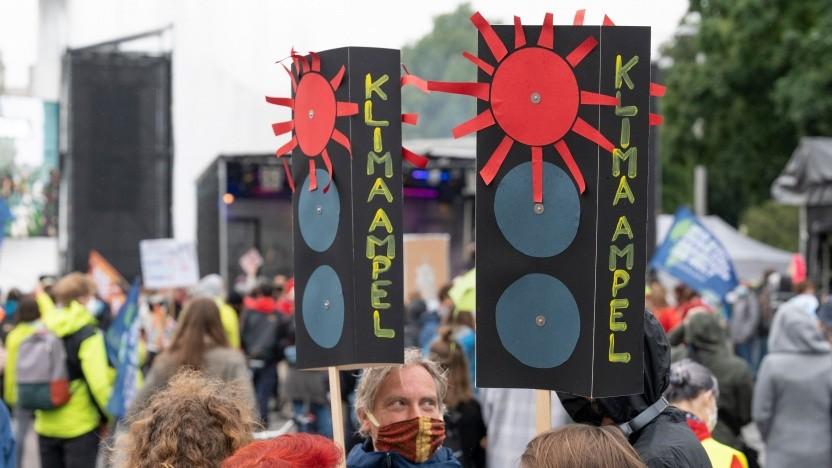 Die Klimaampel steht auf Rot, finden Klima-Aktivisten schon lange (hier bei einer Demo im Spätsommer 2020). Doch welchen Anteil am Kohlendioxid-Ausstoß haben eigentlich Internetfirmen?