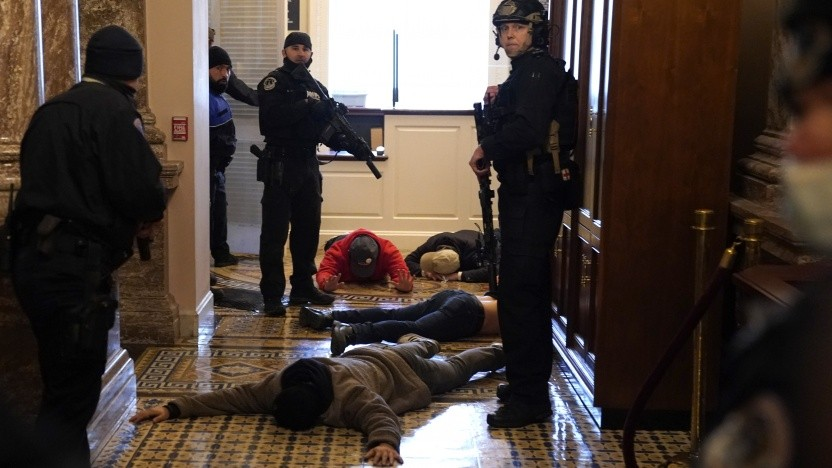 Polizeieinheiten des Kapitols setzen Putschisten fest.