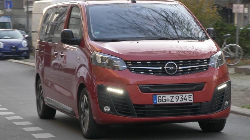 Der Zafira-e Life ist ein komfortabler Kleinbus mit Elektroantrieb.