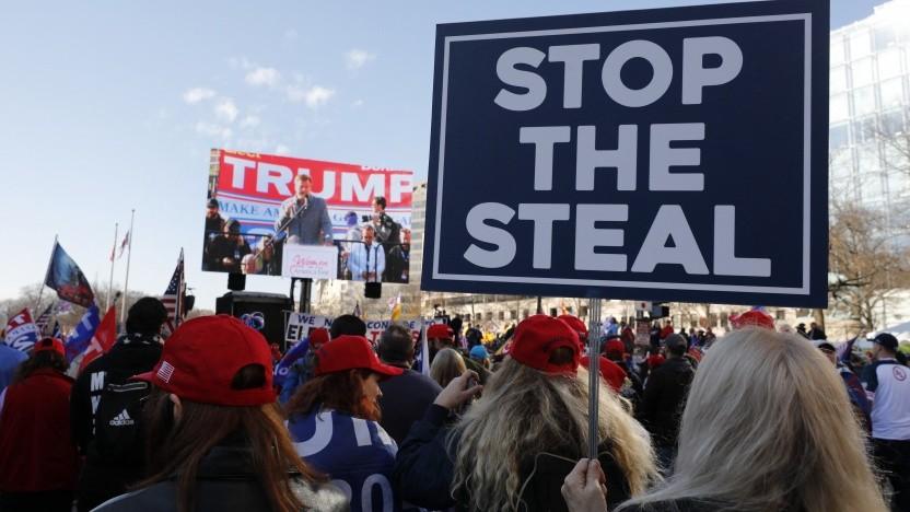 """Anhänger Trumps demonstrieren mit dem Slogan """"Stoppt den Diebstahl""""."""