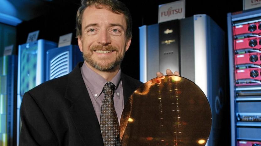 Pat Gelsinger hält 2006, damals Intel-CTO, einen Itanium-Wafer hoch.