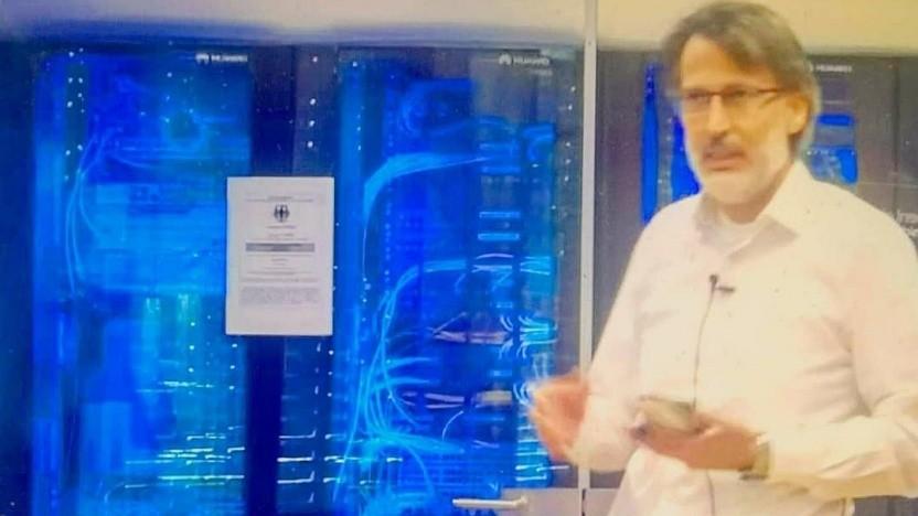 Cesim Demir, CTO Automotive bei Huawei, vor einem 5G SA-Core