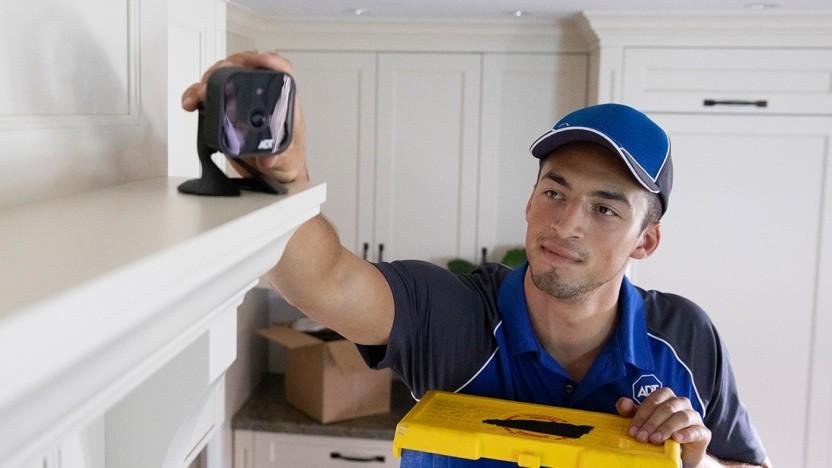 Ein ADT-Techniker installiert eine Überwachungskamera (Symbolbild).