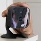 Überwachung: Techniker installiert Kameras und beobachtet Kunden