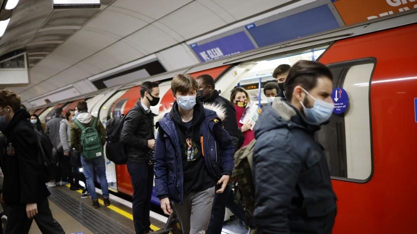 Londoner U-Bahn während der morgendlichen Hauptverkehrszeit am 2. Dezember 2020