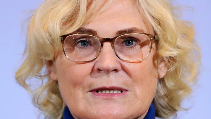 Bundesjustizministerin Christine Lambrecht will Gericht über die Sperrung von Nutzeraccounts entscheiden lassen.