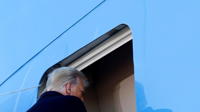 Donald Trump betritt die Air Force One nach dem Verlassen des Weißen Hauses.