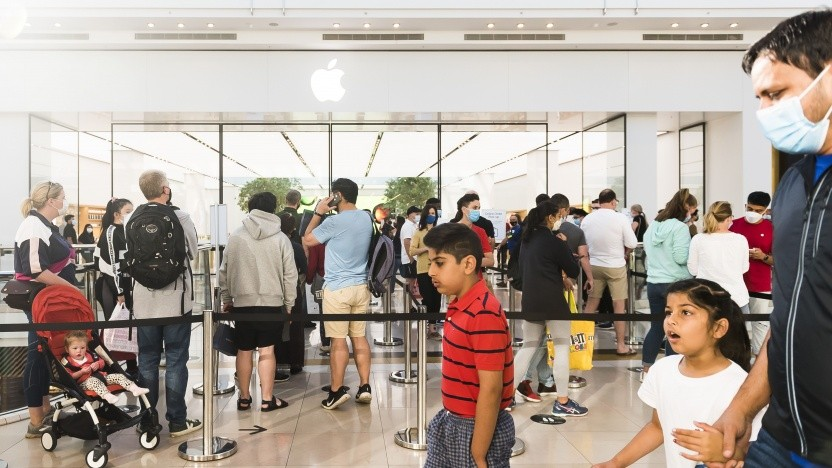 Während des Boxing Day am 26. Dezember 2020 in Melbourne, Australien, stehen Käufer vor dem Apple Store.