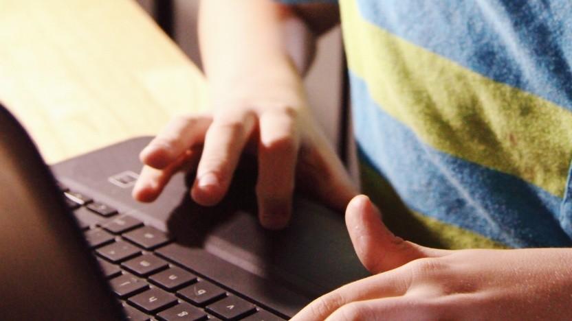 Schülerhände auf einem Notebook (Symbolbild)