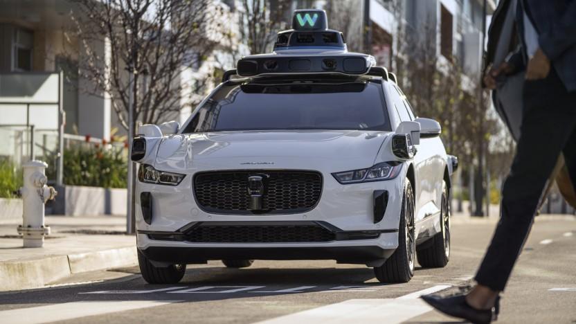 Selbstfahrende Autos, wie der umgebaute Jaguar iPace von Waymo, sollen in Deutschland erlaubt werden.