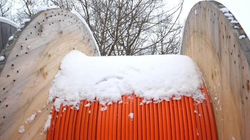 Schnee, der auf Kabeltrommeln fällt