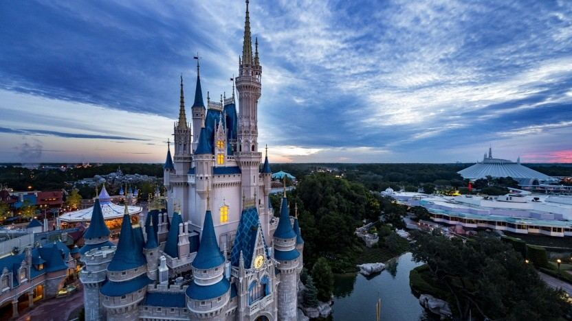 Das Geschäft von Disney mit den Ferien-Resorts und Freizeitparks ist weiter stark von der Corona-Pandemie betroffen.