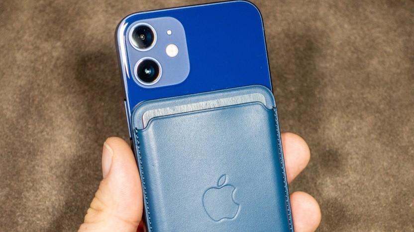 Das iPhone 12 Mini mit dem Magsafe-Kartenhalter