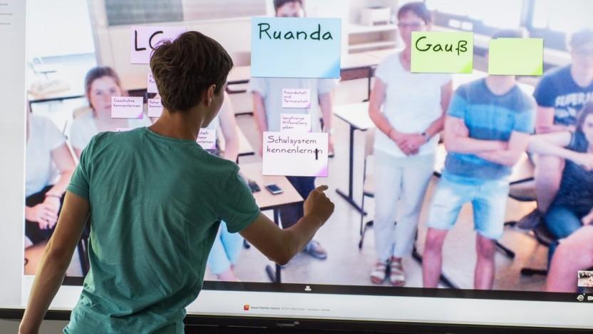 Ausnahme: Ein Schüler des Leininger-Gymnasiums in Grünstadt arbeitet mit der digitalen Tafel Nexboard.