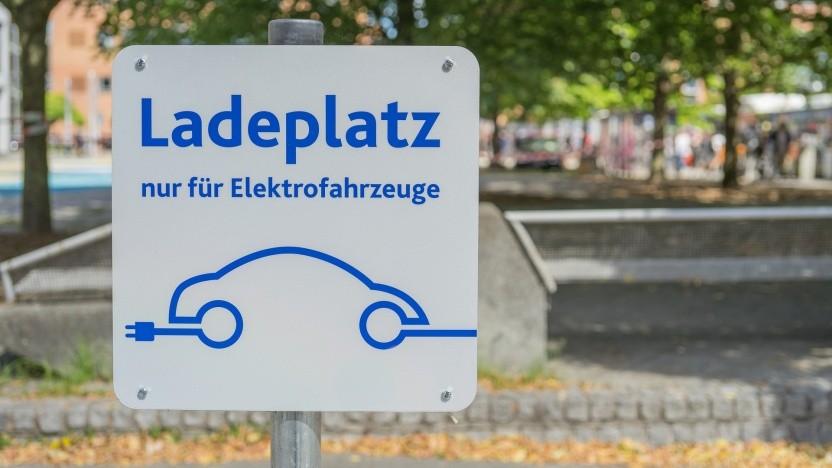 Ein Ladeplatz für Elektroautos.