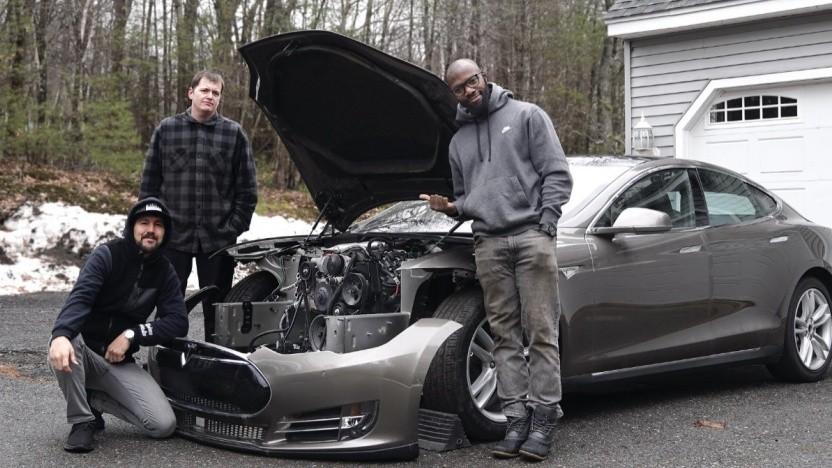 Das Team von Rich Rebuilds baut einen V8-Verbrenner in Teslas Model S.