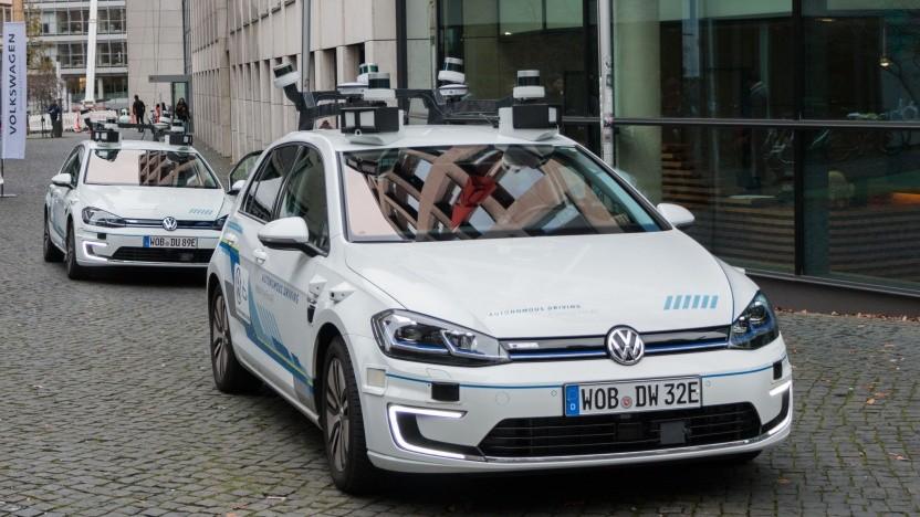 Autonom fahrende E-Golfs: Satelliteninternet ist eine elegante Konnektivitätslösung.