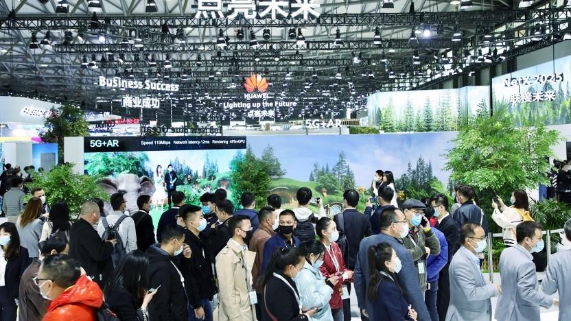 Volle Messehallen beim Mobile World Congress Shanghai