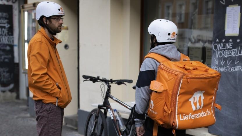 Lieferando-Fahrer vor einem Restaurant in Berlin