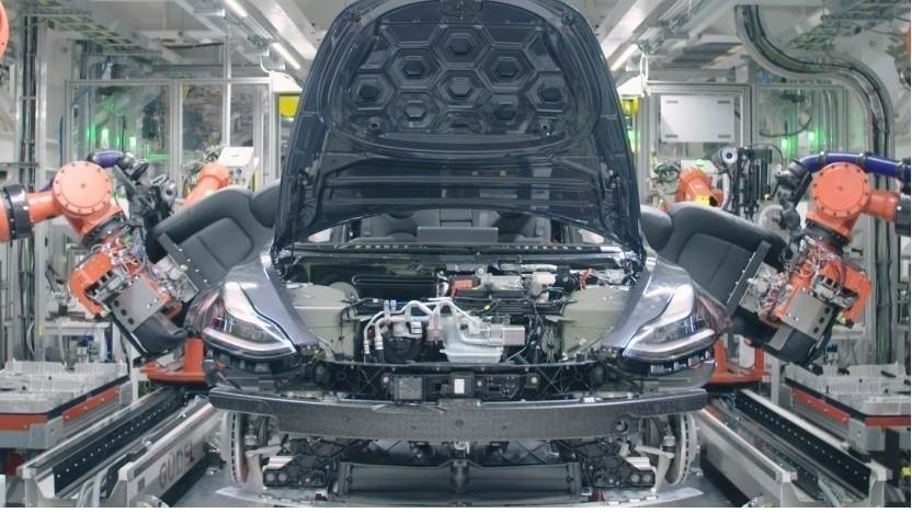 Produktion eines Tesla in Fremont