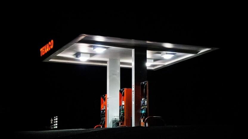 Eine einsame Tankstelle in der Nacht (Symbolfoto)
