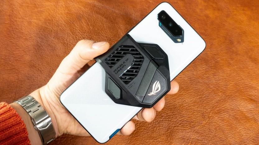 Das ROG Phone 5 mit aufgestecktem Lüfter
