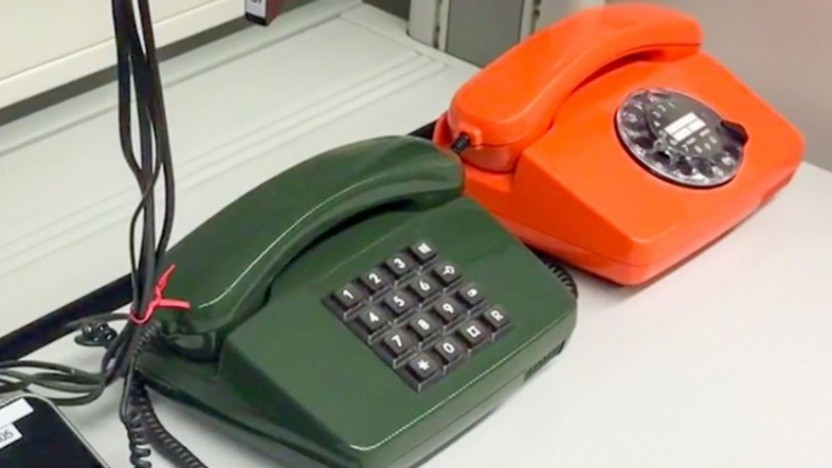 Alte Festnetztelefone im Testlabor der Telekom