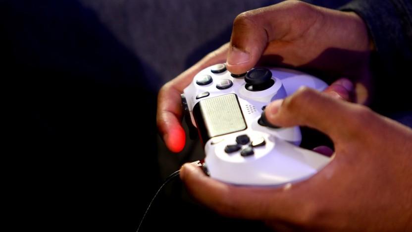 Spieler mit Gamepad der Playstation 4