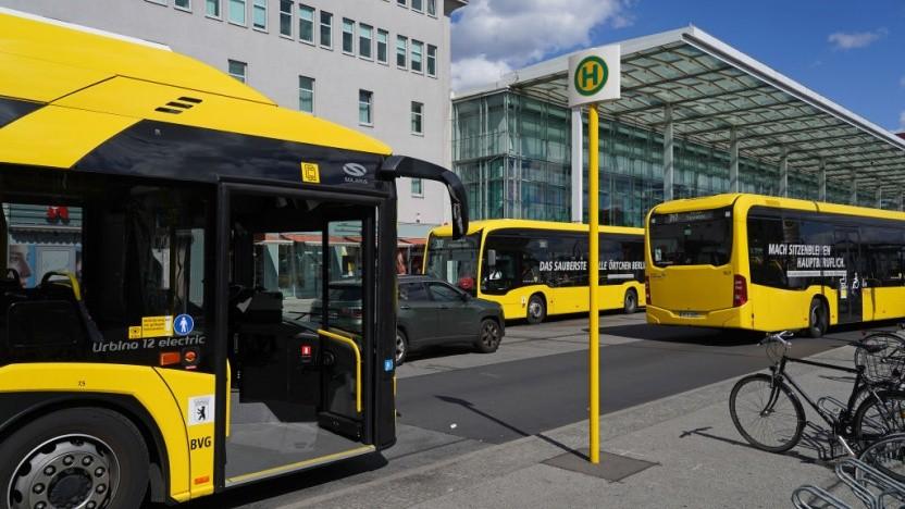 """Bei der BVG heißt es wieder: """"Vorn Einsteigen!"""" und dann kontaktlos bezahlen."""