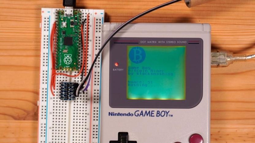 """Der Modder """"stacksmashing"""" schürft mit einem Game Boy Bitcoins."""