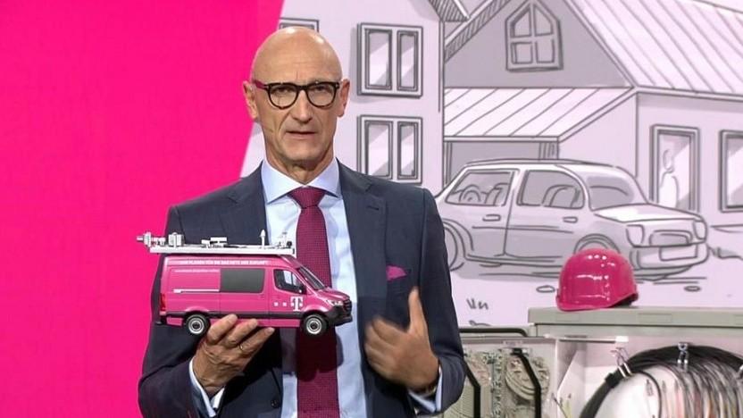 Höttges zeigt sein neues Spielzeug auf der Hauptversammlung.