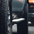 Vierradlenkung: Elektrischer GMC Hummer SUV fährt im Krabbengang seitwärts
