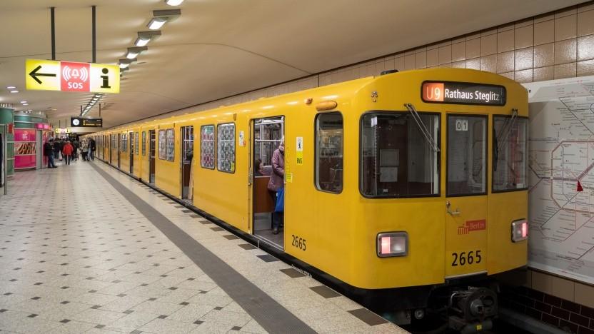 Eine U-Bahn der BVG am Bahnhof Zoo
